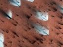 Evantaie luminoase sunt create atunci când condițiile de la suprafață cauzează eliberarea dioxidului de carbon (NASA/JPL/University of Arizona)
