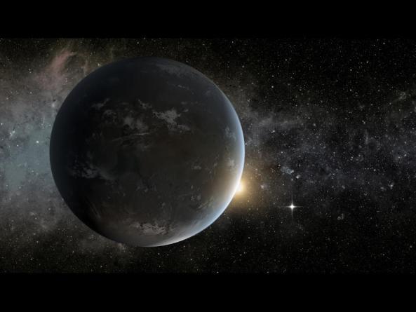 Foarte asemănător cu sistemul nostru solar, Kepler-62 este gazda a două lumi locuibile. Micul obiect strălucitor vizibil în dreapta lui Kepler-62f este Kepler-62e. Orbitând în interiorul graniței zonei locuibile, Kepler-62e este cu 60% mai mare decât Terra.Image credit: NASA Ames/JPL-Caltech.